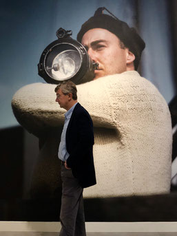 - Un visitante observa la obra de Robert Capa expuesta en Caixa Forum Sevilla. / Por Laura Delgado.