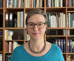 Huberta Weigl vor einem Bücherregal