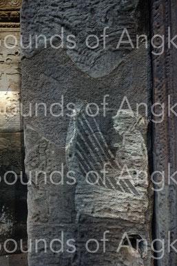 Harpiste sur un pilastre du Bayon. Le pied de l'instrument est visible.