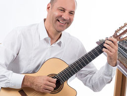 Joachim Miska (Gitarre, Handpan)