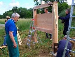 Arbeit am Rohbau des Insektenhotels