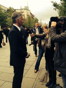 OSZE-Präsident Didier Burkhalter gibt dem Tessiner Fernsehen  in der Fussgängerzone von Prishtina ein Interview.