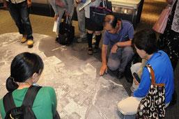 航空写真で塩浜コンビナートや磯津地区を示す萩森さん
