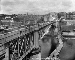 Brest (Finistère). Le Pont tournant et le port militaire. © Neurdein / Roger-Viollet.