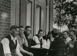 Alfred Handtke - Vorne links im Bild, beim Kaffee mit anderen Kameraden am Feuerwehrdepot Schulstraße