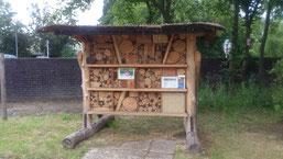 Das große Insektenhotel entstand 2014 in Kooperation mit TOR23 – Tagesstätte für Menschen mit psychischen Erkrankungen und bietet vielen Wildbienenarten Schutz.