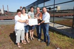 NABU-Bienenfonds: Das Projektteam Ines Mogge, Nora Scholpp,  Michael Schoch und Imker Oliver Häckel überreichen Thorsten Wiegers (v.l.n.r.) vom NABU Landesverband Nordrhein-Westfalen den Ertrag von 911,60 € aus dem Honigverkauf für den NABU-Bienenfonds.
