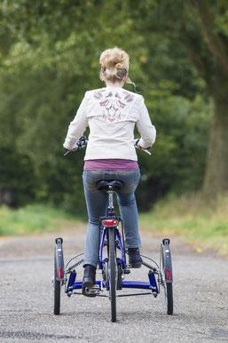Zufriedene e-motion Kundin auf Ihrem Viktor Dreirad von Van Raam