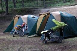 テントが病児の休息場所に。ストレッチャーでしか移動できない超重症児にとっては、滅多にできない体験です。