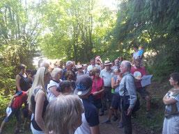 Viele interessierte Bürger nutzten die Gelegenheit, sich vor Ort ein Bild zu machen, wo die Natur dem Gewerbe weichen soll (Bild NABU).