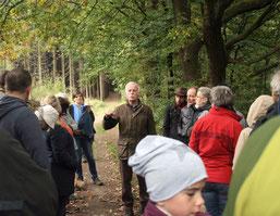 R. Ufer erklärt den Wanderern ökologische Zusammenhänge von Wasserspeicher und Klimaschutz (mg)