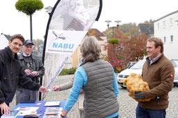 Am Stand des NABU werden die Bestellungen übergeben