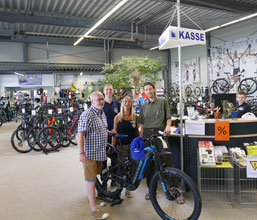 Übergabe des Rades bei Radsport Nagel an die NABU Vertreter