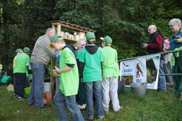 AK Vogelschutz mit Kindern der GGS Bernberg am Seniorenheim im Einsatz