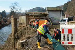 Die Mitarbeiter der Biologischen Station Oberberg beim Aufbau der Rückwanderschutzanlage ( NABU hu)