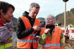 Sebastian Wellendorf im Interview mit Maike Roth l. und Gisela Lauterbach r. ( NABU hu)