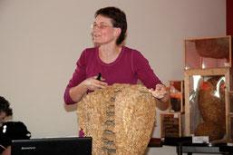 Dr. Pia Aumeier hatte wieder viel Anschauungsmaterial dabei - hier ein großes Hornissennest.
