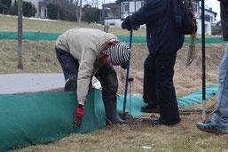 Helfer beim Aufbau des Zauns ( NABU: sabine reinecke)