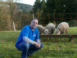 Unser Wolfsbotschafter Dietmar Birkhahn vor dem Schutzzaun (hu)