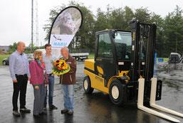 v.l.n.r Steffen Gensow, Lukas Schneider, Gerlinde Appenfelder, Uwe Hoffmann, NABU-Oberberg überreicht einen Blumenstrauss als kleines Dankeschön