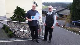 Herr Eberhard Dohm freute sich über die Plakette, die ihm Wielfried Piepenbrink vom NABU AK Vogelschutz überreichte. (Bild: Dirk Eßer)
