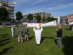 Eisbär auf dem Trocknen, vor dem Banner des Klimabündnis Oberberg