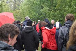 """Rainer Ufer erläuterte die vielfältigen """"Ökosystem-Leistungen"""" des Waldes (NABU O)"""