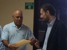 Entrega del Acuerdo de Micro Capital por   parte del Sr. Giacomo Negrotto, Oficial de   Programas Especialista en Desarrollo Local   de la ICMD del PNUD Bruselas, al Sr. Mario   Andrés Martínez, Presidente ADEL La Unión.