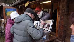 Besucher erhalten Informationen über den Wolf durch die Wolfskisten