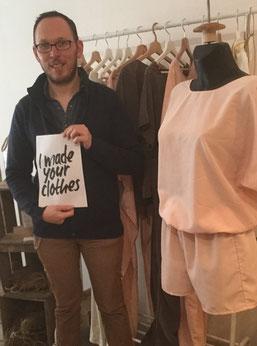 Jérôme Cauhet exposant devant sa ligne de vêtement ·Tsaey·