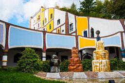 farbenfrohe Gebäude der Hundertwassertherme in Bad Blumau