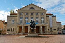 Nationaltheater Weimar mit Goethe-Schiller Denkmal