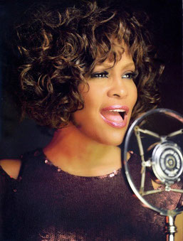 Whitney Houston, Soleil Lion en VI carré Neptune Scorpion en VIII.