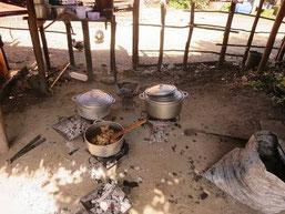 マダガスカルの農家の調理風景