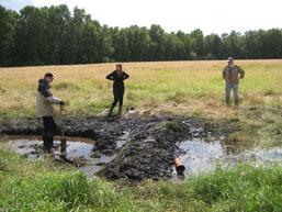 Zwei Gräben wurden an mehreren Stellen verfüllt, damit das Wasser nicht mehr abfließt
