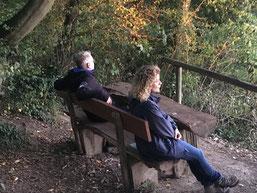 Hier sollten zwei Waldbadende auf einer Bank sitzend zu sehen sein.