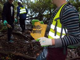Dieses Schild sollte ein Landschaftsschutzgebiet kennzeichnen, sattdessen wurde es wohl mutwillig zerstört. Die Reste landeten am Ufer des Elsterbeckens und wurden dort bei der NABU-Müllsammelaktion am 17. September 2016 aufgesammelt. Foto: René Sievert