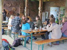 Gemeinsames Abendessen im Innenhof der Auwaldstation Leipzig. Foto: Karsten Peterlein