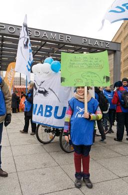 Die jüngste Demoteilnehmerin aus den Reihen des NABU Leipzig und ihr selbstgestaltetes Plakat. Foto: NABU/Harald Franzen