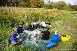 Mittagspause am Rand der Feuchtwiese. Foto: Ludo Van den Bogaert