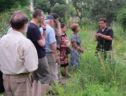 Bei einer Führung durch den Botanischen Garten erklärte Dr. Dietmar Sattler (ENEDAS e. V.) (rechts) Zusammenhänge zwischen Boden und Vegetation. Foto: Karsten Peterlein