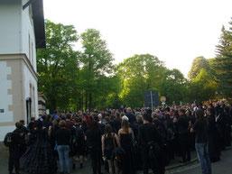 An seiner blauen NABU-Jacke gut erkennbar, begrüßte René Sievert vom NABU Leipzig am Westeingang des Südfriedhofs die rund 300 schwarzgewandeten Exkursionsteilnehmer. Foto: Carola Bodsch