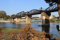 Erleben Sie auf der Tour nach Kanchanaburi Schwimmende Märkte, die Brücke über den Kwai und die Death End Railway.