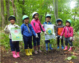 里山での植林に参加した子どもたち(北海道)