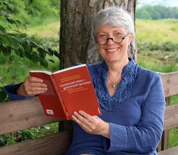 """Prof. Dr. Veronika Hammer mit Buch """"Gemeinsam leben - gemeinsam gestalten"""""""