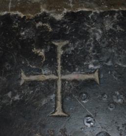 Le sceau de Caïn gravé dans un marbre