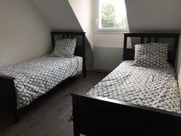Chambre 1 de la Villa Bleu Breton: les deux lits simples (90x200) - la fenêtre dans sur le jardin