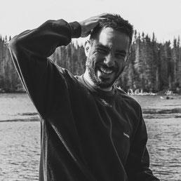 Portrait photo de Guillaume Guardia vidéaste à Montréal comme travailleur autonome