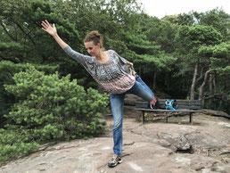 Yogaposition auf dem Felsen