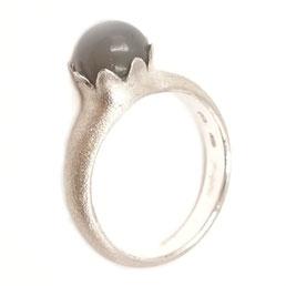 Ring, 925 Silber, grauer Mondstein mit Cabochon-Schliff (8mm rund), € 340.-